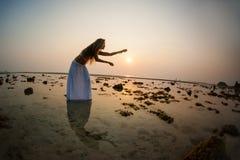 在海滩的美好的妇女跳舞 免版税图库摄影