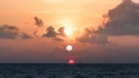 在海洋的美好的日出 免版税库存照片