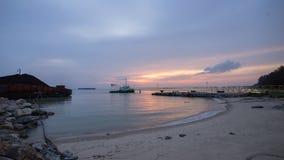 在海滩的美好的日落与跳船 马六甲马来西亚 免版税库存照片