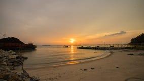 在海滩的美好的日落与跳船 马六甲马来西亚 免版税图库摄影