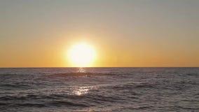 在海滩的美好的日落,惊人的颜色,光,闪耀通过在海上的云彩 股票视频