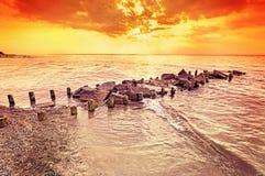 在海滩的美好的琥珀色的日落 免版税库存照片
