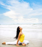 在海滩的美好的瑜伽 图库摄影
