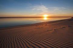 在海滩的美好的秋天日落伏尔加河 免版税图库摄影