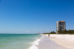 在海滩的美好的蓝天天那不勒斯在佛罗里达 免版税库存照片