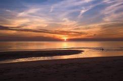在海滩的美好的金黄日落 免版税库存照片