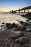 在海洋的美好的长的曝光日落有码头剪影的 免版税库存图片