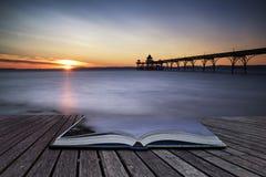 在海洋的美好的长的曝光日落有码头剪影的c 免版税库存图片