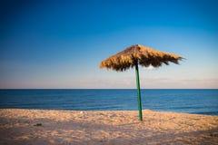 在海滩的老一把伞 免版税库存图片