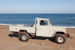 在海滩的老丰田提取 库存照片