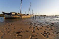 在海滩的老小船穆龙达瓦 库存图片