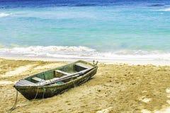 在海滩的老小船 图库摄影