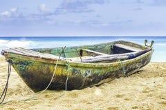 在海滩的老小船 免版税图库摄影