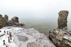 在海滩的老战争堡垒废墟 免版税图库摄影