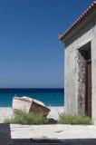 在海滩的老木小船在希腊在美好的夏日 免版税库存图片