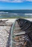 在海滨的老木小船 图库摄影