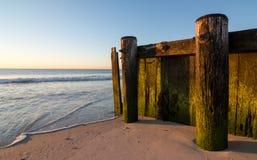 在海滩的老木码头 图库摄影