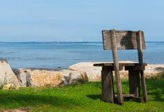 在海滩的老椅子 免版税库存照片