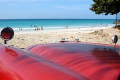 在海滩的老汽车 免版税图库摄影