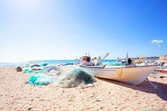 在海滩的老渔夫小船在Armacao de Pera在葡萄牙 免版税库存图片
