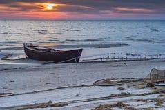 在海滩的老渔船日出的波罗的海 免版税图库摄影
