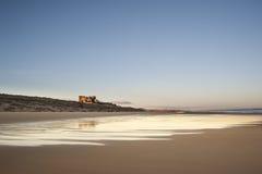 在海滩的老英国城堡 免版税库存图片