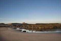 在海滩的老英国城堡 库存图片