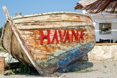 在海滩的老被打击的小船 库存图片