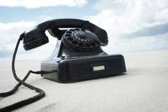 在海滩的减速火箭的葡萄酒电话 免版税库存图片