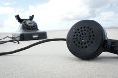 在海滩的减速火箭的葡萄酒电话 免版税库存照片
