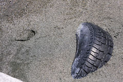 在海滩的肮脏的轮胎转储 免版税库存照片
