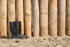在海滩的胶靴 免版税库存图片