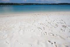 在海滩的脚印刷品 免版税库存照片