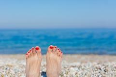 在海滩的脚 免版税库存图片