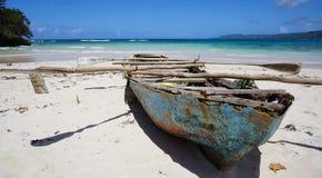 在海滩的腐朽的划艇在Playa Rincà ³ n 免版税库存照片
