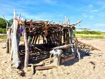 在海滩的自创风雨棚 免版税库存图片