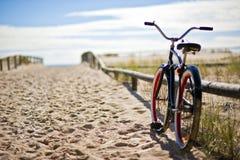 在海滩的自行车 免版税图库摄影