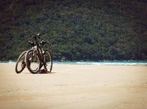 在海滩的自行车 库存照片