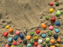 在海滩的色的贝壳 背景 免版税库存图片