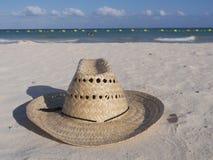 在海滩的草帽 免版税库存照片