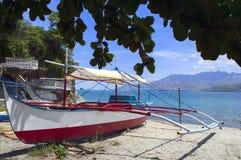 在海滩的菲律宾渔船 库存图片