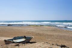 在海滩的葡萄酒土气小船 免版税库存图片