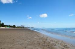 在海滩的蓝天大厦 库存照片