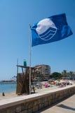 在海滩的蓝旗信号 库存照片