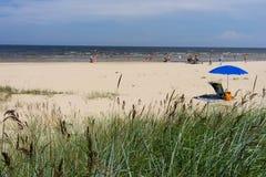 在海滩的蓝色伞在夏天 免版税库存照片