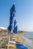 在海滩的蓝色伞 免版税库存图片