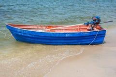 在海滩的蓝色划艇 免版税库存照片