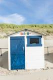 在海滩的蓝色客舱 免版税库存图片