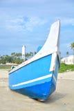 在海滨的蓝色小船 免版税库存照片