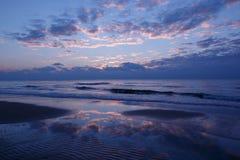 在海滩的蓝色日落 免版税库存照片